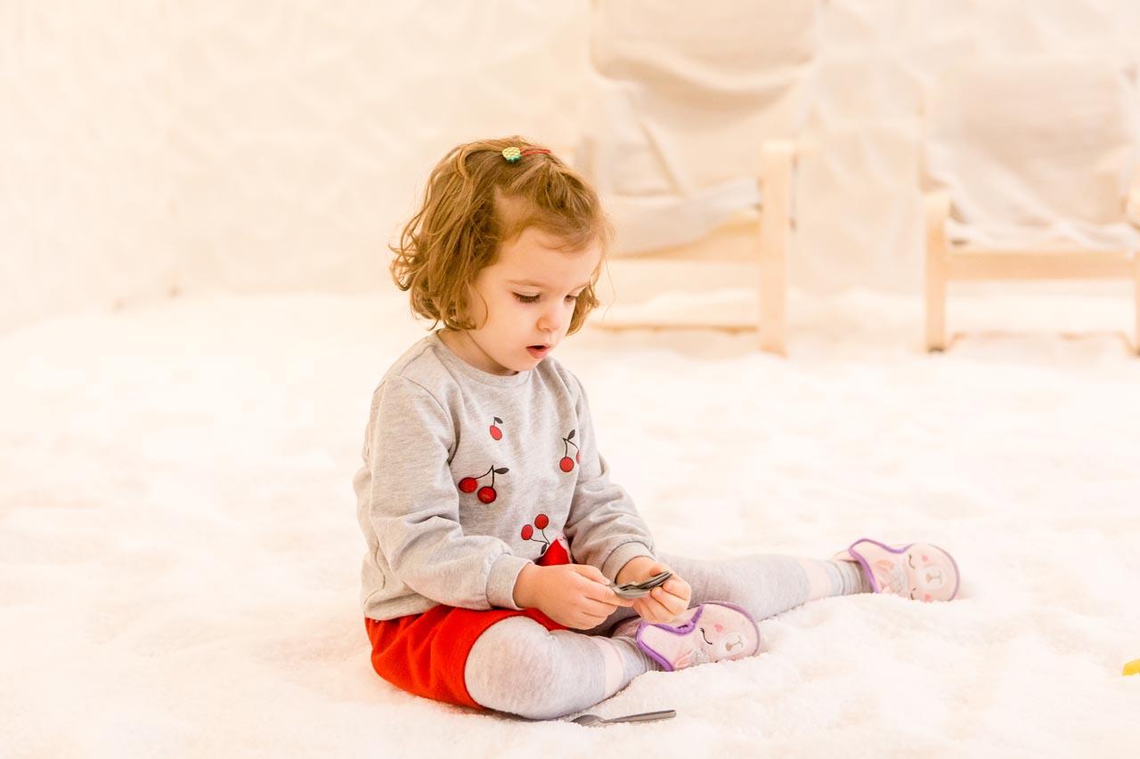 fetita-care-se-joaca-in-salina-artificiala-din-Bucuresti