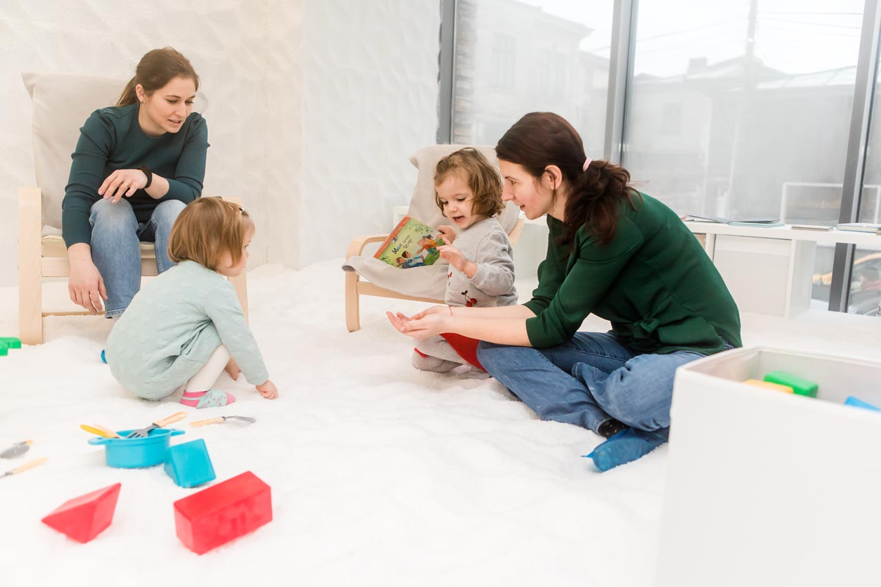 adulti-si-copii-in-salina-artificiala-din-Bucuresti