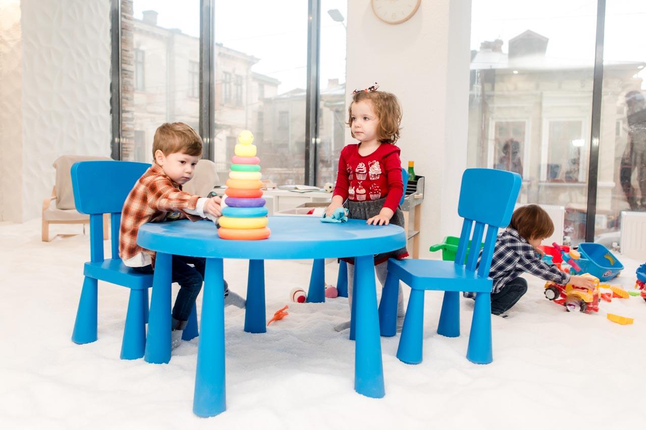copii-care-se-joaca-in-salina-artificiala